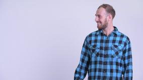 Счастливый бородатый человек хипстера касаясь что-то и давая большие пальцы руки вверх сток-видео