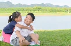 Счастливый брат и сестра играя в парке Стоковое Изображение