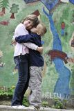 Счастливый брат и сестра напольные в парке Стоковая Фотография RF