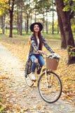Счастливый велосипед велосипеда катания женщины в парке осени падения Стоковое Изображение