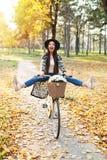 Счастливый велосипед велосипеда катания женщины в парке осени падения Стоковые Изображения