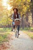 Счастливый велосипед велосипеда катания женщины в парке осени падения Стоковая Фотография RF