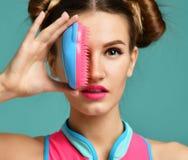Счастливый глаз конца женщины брюнет моды с красочной розовой голубой популярной щеткой гребня волос Стоковое Изображение RF