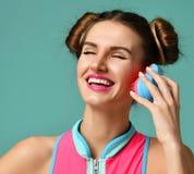 Счастливый глаз конца женщины брюнет моды с красочной розовой голубой популярной щеткой гребня волос Стоковая Фотография RF