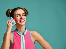Счастливый глаз конца женщины брюнет моды с красочной розовой голубой популярной щеткой гребня волос Стоковое фото RF