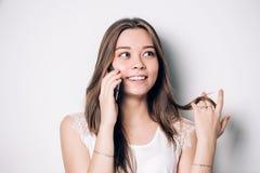 Счастливый говорить телефона женщины стоковые изображения