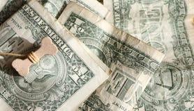 Счастливый год концепции 2018 собаки Косточка на долларах США Предпосылка долларов США Процветание, везение и успех стоковая фотография