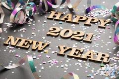 Счастливый год 2021 - письма в древесине Черная предпосылка стоковые изображения rf