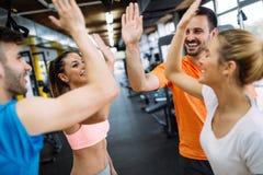 Счастливый давать класса фитнеса высоко--5 после завершать встречу тренировки стоковые фотографии rf