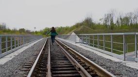 Счастливый девочка-подросток бежать на железной дороге видеоматериал