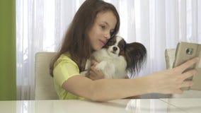 Счастливый девочка-подросток делая selfie с ее видео отснятого видеоматериала запаса собаки сток-видео