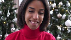 Счастливый девочка-подросток перед рождественской елкой видеоматериал