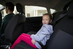 Счастливый девочка-подросток сидя в заднем сиденье автомобиля Стоковые Фотографии RF