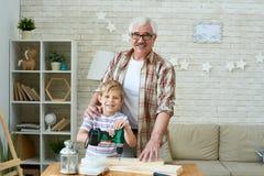 Счастливый дед представляя с маленьким внуком стоковое изображение rf