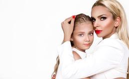 Счастливый День матери! дочь и мать ребенка обняли, прижимающся - изображение стоковая фотография