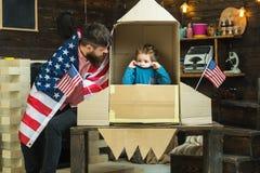 Счастливый День независимости США Отец и малый мальчик в бумажной ракете с американским флагом Семья и детство сновидение стоковое изображение rf