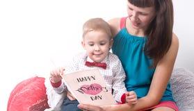 Счастливый день ` s матери: Мама и сын прочитали поздравительную открытку Стоковая Фотография