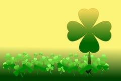 Счастливый день ` s St. Patrick Картина shamrocks, клевера 4 лист среди 3 клеверов лист на золоте и зеленой предпосылки градиента Стоковое фото RF
