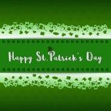 Счастливый день ` s StPatrick, дизайн с литерностью на зеленой предпосылке клеверов, завертывает стиль в бумагу отрезка вне Стоковое Изображение RF