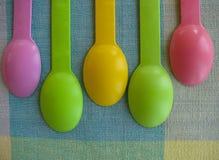 Счастливый дисплей красочных пластичных ложек мороженого Стоковые Изображения RF