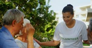 Счастливый добровольный взаимодействовать с старшими людьми 4k сток-видео