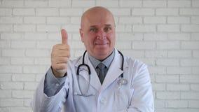 Счастливый доктор Отображать Большой палец руки Вверх Хорош жесты рукой работы сток-видео