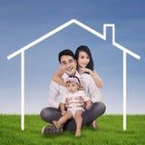 Счастливый дом семьи и мечты стоковое изображение rf