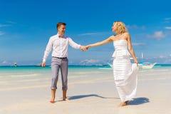 Счастливый жених и невеста имея потеху на тропическом пляже тропическо стоковое фото rf
