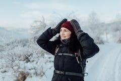Счастливый женский турист против снежной предпосылки Стоковое Фото