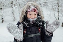 Счастливый женский турист с снегом на всем ее сторона Стоковое Фото