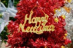 Счастливый знак Нового Года на рождественской елке вида стоковое фото rf