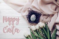 Счастливый знак поздравительной открытки текста пасхи на стильном пасхальном яйце с Стоковое фото RF