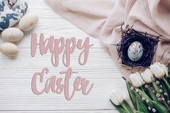 Счастливый знак поздравительной открытки текста пасхи на стильном пасхальном яйце с Стоковые Фотографии RF