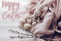 Счастливый знак поздравительной открытки текста пасхи на стильном rab зайчика пасхи Стоковые Изображения