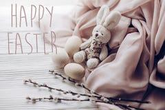 Счастливый знак поздравительной открытки текста пасхи на стильном rab зайчика пасхи Стоковые Фото