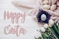 Счастливый знак поздравительной открытки текста пасхи на стильных пасхальных яйцах с Стоковое фото RF
