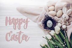 Счастливый знак поздравительной открытки текста пасхи на стильных пасхальных яйцах в n Стоковое Фото