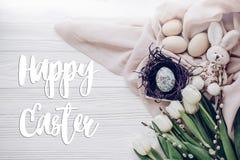 Счастливый знак поздравительной открытки текста пасхи на стильных пасхальных яйцах внутри Стоковые Фотографии RF