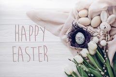 Счастливый знак поздравительной открытки текста пасхи на стильных пасхальных яйцах внутри Стоковое Изображение RF