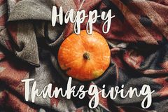 Счастливый знак текста благодарения на тыкве осени на стильном шарфе Стоковое фото RF