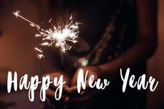 Счастливый знак текста Нового Года, поздравительная открытка рука держа горящий s Стоковая Фотография RF