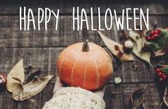 Счастливый знак текста хеллоуина, поздравительная открытка изображение падения рука в sw Стоковые Изображения RF