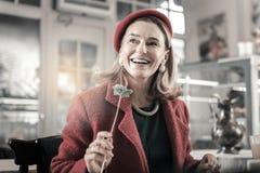 Счастливый зрелый женский человек имея мечтательное настроение стоковое изображение