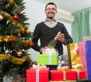 Счастливый зрелый человек около рождества Стоковое Изображение