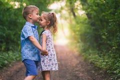 Счастливый идти детей внешний на владении парка их руки Стоковое фото RF
