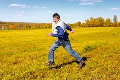счастливый идущий подросток Стоковые Изображения RF