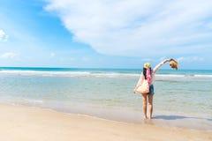 Счастливый и ослабьте женщину на пляже в летнем дне стоковые изображения rf