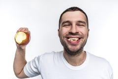 Счастливый и радостный молодой парень счастлив он ` t doesn имеет проблемы с зубами и камедями Они чисты, здоровы и хороши alric стоковые фотографии rf