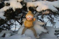 Счастливый и смешной снеговик на ветви рождественской елки в s Стоковые Изображения RF