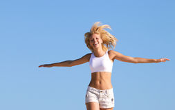 счастливый идущий подросток Стоковое Фото